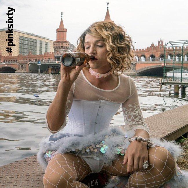 Diego Luna in formato Drag Queen (ma MAGARI stesse impersonando una Drag Queen!) burina e bevitrice di birra - Foto pubblicata da Pinksixty