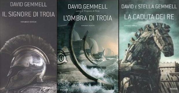 Le tre copertine rimandano alla Guerra di Troia. Un elmo greco, le lunghe navi micenee e il Cavallo