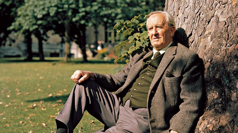 J. R. R. Tolkien, seduto con la schiena contro uno dei suoi amati alberi