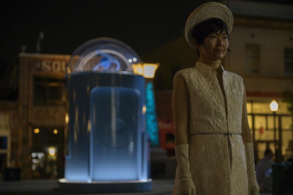 Lady Trieu si prepara a diventare Dio mentre sullo sfondo la Herald Square della serie Watchmen.