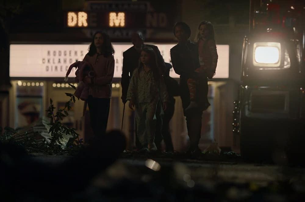 DR M, sullo sfondo, sono il tocco di classe che attendavamo. Watchmen ci lascia con l'amaro in bocca.