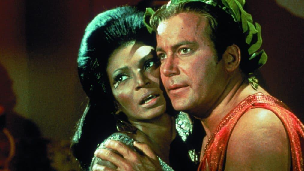 La scelta totalmente non politica di far avere al protagonista di Star Trek una donna nera come interesse amoroso, negli anni Sessanta