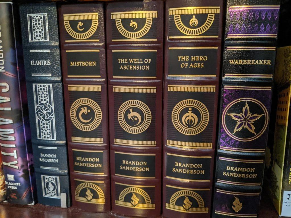 Le edizioni in pelle di altre opere di Sanderson. Foto da Reddit