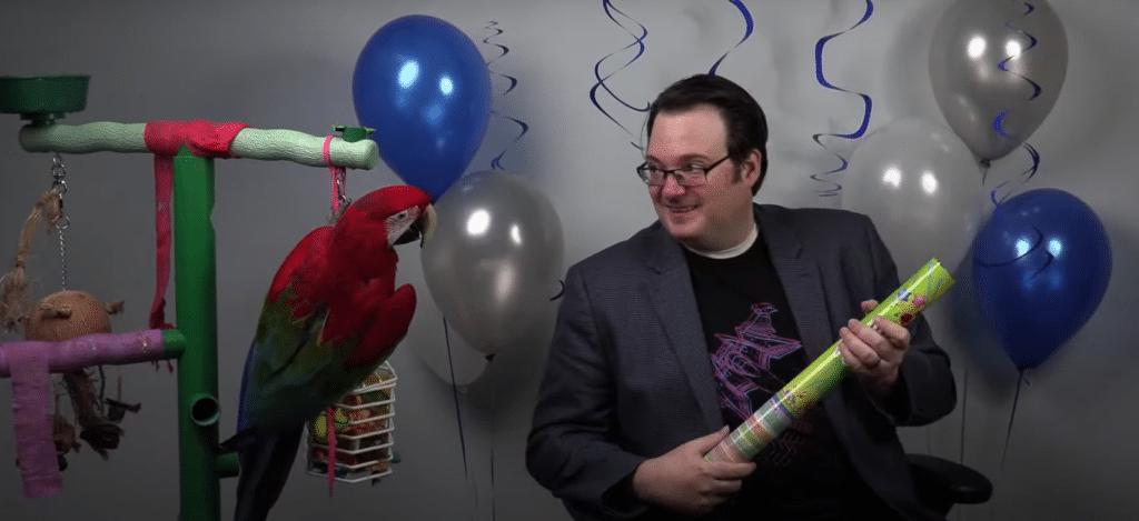 Brandon Sanderson festeggia in live il raggiungimento dei 4 milioni di dollari per The Way of Kings insieme al suo pappagallo, Magellan