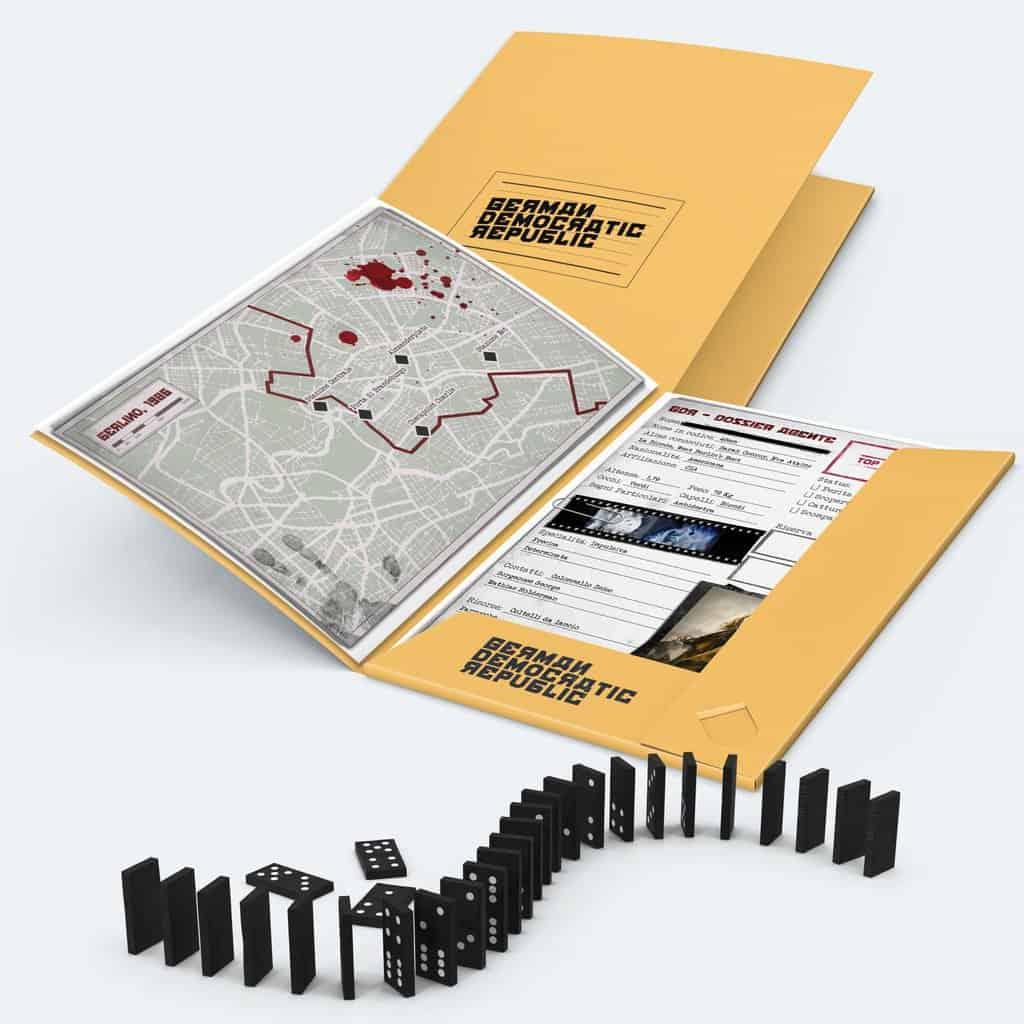 Il faldone di German Democratic Republic: regolamento, schede degli agenti, mappa di Berlino e tessere del domino