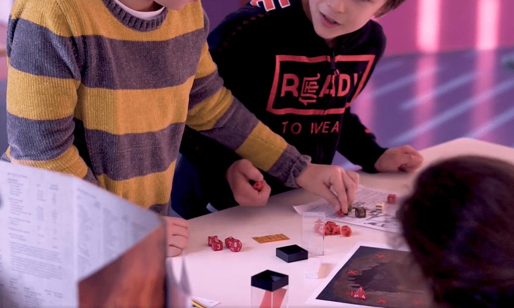 Un tavolo di bambini e bambine intenti/e a giocare durante Ruolando s'Impara