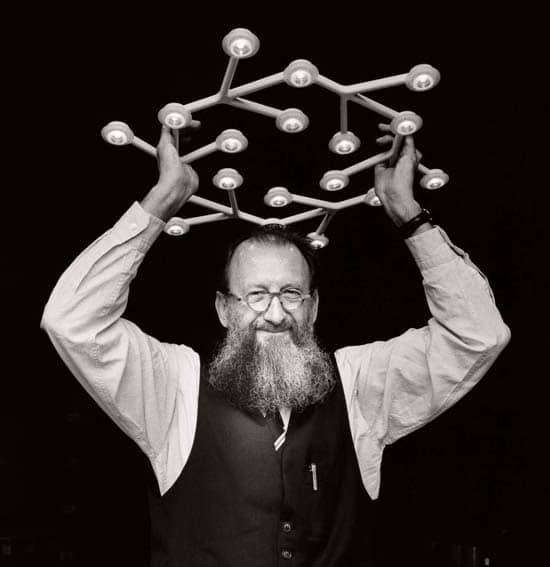 Michele De Lucchi, l'autore delle nuove copertine di Harry Potter, qui fotografato con la lampada Artemide
