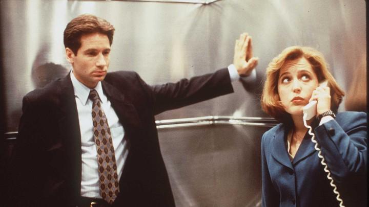 I protagonisti di X-Files, sicuramente a caccia di alieni