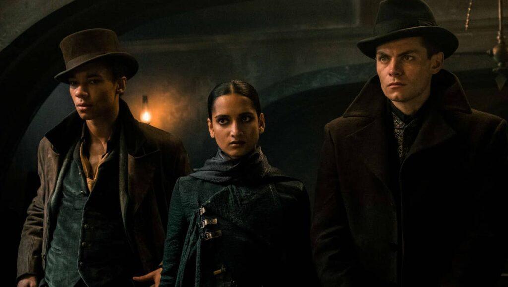 Da sinistra: Jesper Fahey, Inej Ghafa e Kaz Brekker, i personaggi da Six of Crows in Shadow and Bone